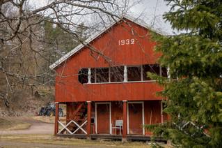 Piharakennuksesta löytyy puuliiteri ja komposti.