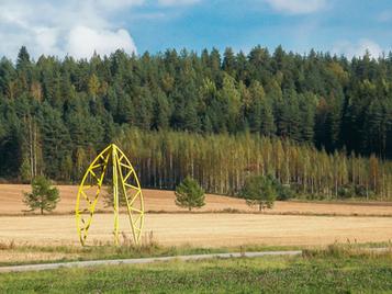 Kuvanveistäjä Antero Toikan taideteos Delta Kimolan pellolla.