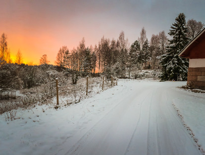 Talvinen auringonlasku Ilonojan kartanon pihapiirissä.