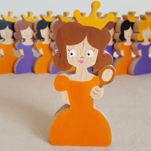 """Figurine en forme de princesse avec couronne et miroir magique, pour décorer une chambre ou pour être l'héroïne d'une histoire.Dans cette collection """"Raconte-moi une histoire"""", il y a 3 autres figurines : la licorne, le chevalier et le dragon. Les enfants adorent inventer et raconter des histoires. Avec cette princesse colorée et personnalisée,votre enfant pourra jouer de manière autonome, créer des petits spectacles et vivre plein d'aventures... Et tout en s'amusant, il pourra aussi développer son langage, sa prononciation etson vocabulaire.    Jouet en bois de hêtre Dimension : 6 cm x 12 cm Jeu d'imagination conseillé à partir de 3 ans    Pour cette figurine, vous pouvez choisir la couleur des cheveux et de la robe.    Conforme aux normes européennes EN71-1 et EN71-3.Fabriqué et peint à la main, en France."""