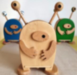 Objet déco design, en bois et fait en france, pour chambre d'enfant et chambre de bébé : tirelires, boutons de tiroir, portemanteaux, pateres, cadre photo et porte photo en bois... en bois naturel ou coloré. Des thèmes variés : nature, animaux, Espace, Océan, jungle, féerique... Des créations personnalisables avec prénom ou couleurs au choix. Du haut de gamme 100 % Made In France pour un déco original ou des cadeaux d'anniversaire, de noel...
