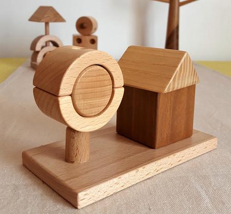 Maison et arbre en bois. Petit jeu ecologique fait en France. Jeu d'assemblage avec plusieurs essences de bois. Bois français et vernis du jura.