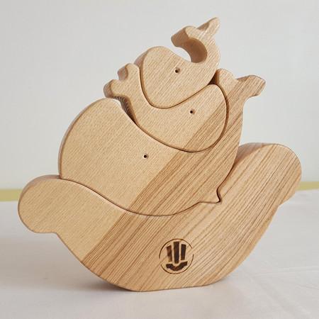 Baleines à empiler, jouet en bois ecologique fait en france. Sur commande, possiblité de personnaliser le jouet avec un prenom d'enfant.