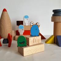 Coffret cubes de construction et personnages en bois. Grande base spatiale. Place à la fantaisie !Avec ces éléments de bois, l'enfant crée sa base spatiale et il peut ainsiinventer plein histoires pour faire vivre ses 4 petits personnages.    Le Jeu comprend 24 pièces dont une fusée, deux martiens et deux astronautes.  Cubes et personnages en bois de hêtre et tilleul Dimension du coffret : 28 cm x 21 cm x 10.5 cm Jeu conseillé à partir de 3 ans    Pour faciliter le rangement, ce jeu est disponible avec un sac en tissu ou un coffret de bois.     Conforme aux normes européennes EN71-1 et EN71-3.Jeu en bois fabriqué en France.