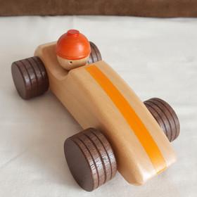 Bonny et sa voiture de course. Avec son bolide et son bonnet orange, Bonny est le roi de la piste. Il file et peut regarder partout... surtout si l'enfant tourne sa tête.   Voila donc une grande voiture en bois, colorée et aux contours arrondies. Un jouet à pousser, validé et testé par des petits garçons et des petites filles !  Voiture en bois de tilleul et noyer Dimension : 16 cm x 8.5 cm x 7.5 cm A partir de 2 ans    Ce jouet peut être personnaliséavec l'ajout d'un prénom.Voiture conforme aux normes européennes EN71-1 et EN71-3.Jouet en bois fait et peint à la main en France (Pays de la Loire).