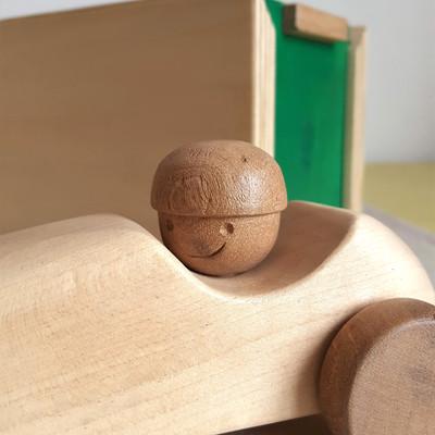 Voiture en bois, jouet artisanal fait en france. Disponible avec un coffret de rangement, une idée cadeau pour enfant !