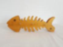 Objet déco fabriqué en France, porte-clés mural en forme de poisson. Fishbone, c'est un poisson qui peut vous aider au quotidien. Adoptez-le et vous ne chercherez plus vos clés !  En plus, il est facile à accrocher grâce aux 2 vis fournies(sur la tête et la queue).    Dimension : 26 cm x 8,5 cm  Modèle fabriqué en chêne    En fonction des stocks,  d'autres bois peuventêtre utilisés  pour la fabrication de ce porte-clés mural.      Tous les objets déco sont fabriqués avec des matériaux sains et français (bois et vernis).