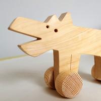 """Jouet en bois, ecologique & fait en France. Animaux en bois à pousser. Dans cette collection, 4 animaux rigolos : le chat et la souris, le loup et la poulette.    Ces jouetssont disponibles en bois brut pour ceux qui veulent 'sentir' le bois ou pour ceux qui veulent les peindre à la maison avec ou sans l'enfant... Si vous voulez peindre un de ces jouets, pensez à sélectionner la finition """"Sans vernis"""".    Pour les jouetsavec une finition au vernis, une personnalisation est possible. Un prénom peut être ajouté et peint à la main.  Conforme aux normes européennes EN71-1 et EN71-3."""