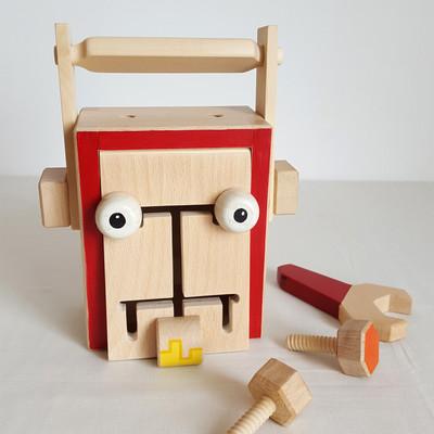 Jeu en bois fait en france : Robot, boite d'activités. Pour les petits bricoleurs, curieux et à la recherche de travaux manuels, voilà une boite d'activités originale. Dans cette boite Robot : 4 écrous, une clé et 3 planchettes. Avec ces éléments en bois, l'enfant peut s'amuser à visser sur son robot des antennes et des oreilles. Il peut aussi fabriquer une poignée (avec les planchettes), et ainsi transformer son robot en boite à outils. Sur le couvercle de la boîte, une autre activité : un labyrinthe avec 3 éléments à déplacer (les yeux et la bouche).Et après le jeu, la boite est toujours très utile ! pour ranger tout le matériel.    Jeu en bois de hêtre, tilleul, platane et contreplaqué de hêtre Boite avec assemblages à queue droite(technique traditionnelle d'ébénisterie) Dimension de la boite : 16.5 cm x 13 cm x 8 cm Jeu conseillé à partir de 3 ans      Conforme aux normes européennes EN71-1 et EN71-3.