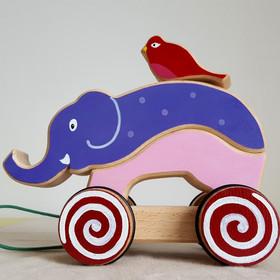 Jouet en bois artisanal et fait en France : 'L'éléphant et son copain l'oiseau' . Jouet à empiler et à tirer. Il est composé de 4 pièces en bois de hêtre Dimension : 20 cm x 8.5 cm x 18 cm Ficelle courte, adaptée aux plus petits Jouet conseillé à partir de 1 an  Actuellement en stock : Jouet Violet, Rose,Bleu/ Gris & Jaune (présenté sur les dernières photos)    Chaque exemplaire est une création unique ! Sur commande, vous pouvez choisir les couleurs de votre jouetet ainsi obtenir un jouet vraiment personnalisé. Voir en exemple, les précédents modèles commandés.  Ce jouet peut aussi être personnalisé avec un prénom (+2€).      Conforme aux normes européennes EN71-1 et EN71-3.