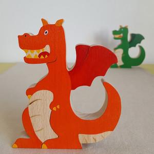 """Figurine en forme de dragon pour raconter des histoires ou décorer une chambre d'enfant. Dans la collection """"Raconte-moi une histoire"""", il y a 3 autres figurines : la licorne, la princesse et le chevalier.   Les enfants adorent inventer et raconter des histoires. Cela leur permet d'exprimer leur créativité et de laisser libre cours à leur imagination. Avec sa figurine de dragon, votre enfant pourra vivre plein d'aventures, créer, imaginer... et tout en jouant, il s'exercera et pourra améliorer son langage etson vocabulaire.    Jouet en bois de hêtre Fabriqué et peint à la main Dimension : 11 cm x 13 cm Jeu d'imagination conseillé à partir de 3 ans    Trois coloris sont disponibles : vert, rouge et bleu (sans frais supplémentaire).    Conforme aux normes européennes EN71-1 et EN71-3.Fait en France."""