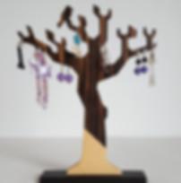 Création artisanale fabriquée en france: arbre à bijoux. Fabriqué sur commande, chaque arbre est unique et 100 % bois.    3 modèles sont disponibles :  L'ArbreOiseaupour des boucles d'oreilles(photo #1...).  Ex hauteur 28cm.  L'Arbre Tourné pour des boucles d'oreilles et bracelets, fabriqué au tour à bois (photo #4...). Ex hauteur 25 cm.  L'Arbre Gravé(photo #6...) pour bracelets et autres bijoux.  Ex hauteur 30 cm. Sur ce modèle, chaque encocheest réalisée à la main.  Pour chaque modèle,  unegravure ou personnalisation au pinceau est possible.    Bois utilisépour les précédents exemplaires : ébène, acajou, noyer, hêtre, chêne fumé... Le choix du bois dépenddu stock actuel. Vous pouvez également commander un arbre véritablement adapté à vos besoins, avec une hauteur et un nombre de rangement précis.    Tous les objets déco sont fabriqués avec des matériaux sains et français (bois et vernis).