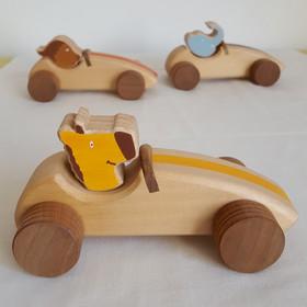 C'est parti pour la course. Au volant, des animaux rigolos : Gaffe, la girafe, Léon le champion et Dante, l'elefante (oui, il est italien !).  La voiture est un classique qui a toujours autant de succès. Les enfants adorent et les bébés aussi !  Voiture en bois de noyer et hêtre ou tilleul Dimension :16.5 cm x 8 cm x 8 cm Jouet conseillé à partir de 3 ans  Personnalisation possible :Un prénom peut être ajouté sur la voiture (+ 2 €).    Conforme aux normes européennes EN71-1 et EN71-3.Jouet artisanal 100 % made in France.