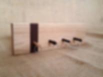 Objet déco fabriqué en France, porte-clés mural en bois avec tourillons. Le porte-clés Tourillons se compose d'une base à fixer au mur, et de 4 tourillons amovibles. Chaque tourillon est muni d'un anneau pour être relié à un jeu de clés. Pour ranger vos clés, il ne vous reste plus qu'à insérer le porte-clés tourillon dans l'ouverture correspondante. Un système originalpour une déco atypique !      Objet déco fabriqué avec 2 essences de bois  Les bois utilisés pour la fabrication de ce porte-clés mural dépendent du stock (noyer, tilleul, hêtre...).        Tous les objets déco sont fabriqués avec des matériaux sains et français (bois et vernis).