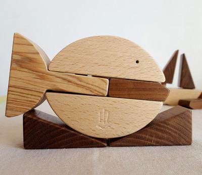 Jeu en bois, ecologique & fait en France. Poisson a empiler qui permet de créer aussi un petit bateau à voile.