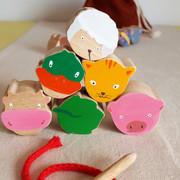 Lot de 6 grosses perles en bois représentant des animaux et des éléments de la nature. Facilement préhensiles par les petites mains, l'enfant s'amuse à enfiler ces perles sur une cordelette. Parfaites pour débuter les activités manuelles, développer la motricité fine et la concentration... et évidemment tout ça en s'amusant !    Les différents lots de perles :  - La ferme : chat, cochon, canard, vache, mouton, feuille.  - La forêt : hibou, lapin, papillon, gland, souris, champignon.  - La jungle : zèbre, hippopotame, toucan, lion, girafe, éléphant.     Perles en bois de hêtre, chantournées et peintes à la main. A partir de 2 ans Lot de 12 perles également disponible sur commande.     Chaque lot peut être fourni avec un sac en coton (+4€).  Ces sacs en tissu, également fait main et en France, permettent un rangement facile.    Conforme aux normes européennes EN71-1 et EN71-3.