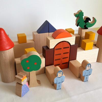 Coffret de cubes et personnages en bois. Jeu de construction et d'imagination fabriqué en France. Il était une foisdans un royaume lointain...  une jolieprincesse qui rêvaitd'avoir un dragon !   Place à la fantaisie !Avec ces éléments de bois, l'enfant crée son château et il peut ainsi inventer plein histoires pour faire vivre ses personnages.    Ce Jeu comprend 36pièces dont une princesse, deux chevaliers, un dragon, deux tours et un pommier.  Personnages et cubesen bois de hêtre et tilleul Dimension du coffret : 38cm x 21cm x 10cm Jeu conseillé à partir de 3 ans    Pour faciliter le rangement, ce jeu est disponible avec un sac en tissu ou un coffret de bois.    Le modèle présenté en photo n'est plus disponible. Si vous commandez ce jeu, une nouvelle version serait réalisée et la princesse présenterait un nouveau design, un nouveau look... si vous avez des suggestions concernant ce changement, n'hésitez pas !     Conforme aux normes européennes.