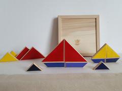Jeu créatif/ casse-tête/ jeu d'equilibre en bois, fait en france : Tankalm (le temps calme). Le TanKalm s'inspire du Tangram. Quand le Tangram permet plusieurs combinaisons, le TanKalm permet plusieurs activités : jeu de patience, jeu créatif, jeu d'équilibre... Ce jeu peut être casse-tête (les 14 pièces doivent être replacées dans le cadre) ou jeu d'équilibre (combien de pièces arriverez-vous à empiler ?). Les pièces sont peintes recto-verso. Avec le TanKalm, on peut donc aussi laisser libre cours à son imagination pour créer des bateaux, des maisons, des personnages...  De 3 à 99 ans Jouet en bois de hêtre Dimension : 14.5 cm x 14.5 cm      Conforme aux normes européennes EN71-1 et EN71-3.