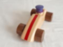 Voiture en bois, fabrication artisanale française. Un chapelier au volant d'une voiture de course. Un jouet écologique, fabriqué avec des matériaux sains et français (peintures et vernis du Jura).