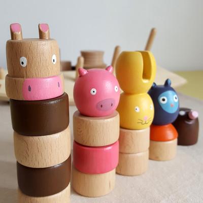 Jeu en bois artisanal fait en france - Pour apprendre les chiffres et compter jusqu'à 5- Ce jeu d'apprentissage en bois permet d'apprendre à compter tout en développant la motricité fine. L'enfant s'amuse avec des petits anneaux de bois et des personnages rigolos (taupe, hibou, lapin, cochon et vache). En tout, 15 pièces à manipuler donc de multiples empilements et combinaisons possibles. Sur la base, des chiffres peints rappellent le nombre d'éléments à glisser sur la tige correspondante.     Jeu artisanal fabriqué en bois de hêtre Personnages fabriqués au tour à bois Dimension : 36 cm x 10 cm x 15 cm Jeu conseillé à partir de 2 ans      Conforme aux normes européennes EN71-1 et EN71-3.