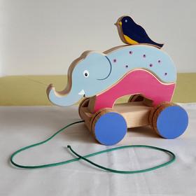 Jouet en bois artisanal et fait en France : 'L'éléphant et son copain l'oiseau' . Jouet à empiler et jouet à tirer. Il est composé de 4 pièces en bois de hêtre Dimension : 20 cm x 8.5 cm x 18 cm Ficelle courte, adaptée aux plus petits Jouet conseillé à partir de 1 an  Actuellement en stock : Jouet Violet, Rose,Bleu/ Gris & Jaune (présenté sur les dernières photos)    Chaque exemplaire est une création unique ! Sur commande, vous pouvez choisir les couleurs de votre jouetet ainsi obtenir un jouet vraiment personnalisé. Voir en exemple, les précédents modèles commandés.  Ce jouet peut aussi être personnalisé avec un prénom (+2€).      Conforme aux normes européennes EN71-1 et EN71-3.
