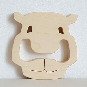 Anneau de dentition en bois de sycomore, motif vache. Fabrication artisanale 100 % made in France. Plusieurs designs et finitions disponibles.