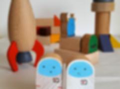 Coffret de cubes et personnages en bois, thème chateau fort avec princesse, licorne, dragon et chevalier. Theme espace avec fusee, astronaute et martiens.