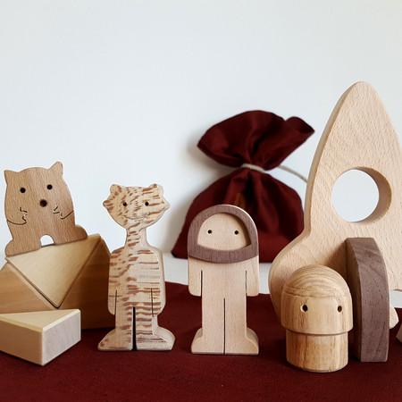 Figurines en bois sur le thème de l'espace. Jeu d'imagination où l'enfant peut inventer plein d'histoires. Dans le lot : un astronaute, une fusée, des martiens...