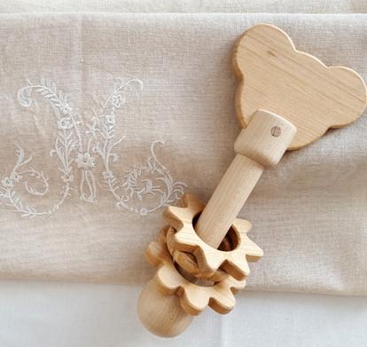 Hochet en bois avec ourson et anneaux en bois. Du bois naturel pour un jouet ecologique et sain, fait en France et à la main.