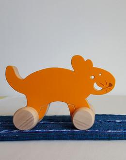 Jouet en bois : Chakiri. Un jouet a pousser en forme de chat. Un chat avec des roulettes ! Chakiri est un petit chat orange, souriant et toujours sage, prêt à s'amuser et à jouer avec tous les enfants.  Jouet en bois de tilleul Dimension : 16.5 cm x 11 cm Jouet conseillé à partir de 1 an    Disponible en version colorée ou bois naturel (avec ou sans vernis)  La version Colorée est actuellement disponible sur commande.    Personnalisation : Ce jouet peut être personnalisé avec l'ajout d'un prénom.    Conforme aux normes européennes EN71-1 et EN71-3.