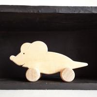 """Jouet en bois, ecologique & fait en France. Animaux à pousser. Fabrication artisanale française. Dans cette collection, 4 animaux rigolos : le chat et la souris, le loup et la poulette.    Ces jouetssont disponibles en bois brut pour ceux qui veulent 'sentir' le bois ou pour ceux qui veulent les peindre à la maison avec ou sans l'enfant... Si vous voulez peindre un de ces jouets, pensez à sélectionner la finition """"Sans vernis"""".    Pour les jouetsavec une finition au vernis, une personnalisation est possible. Un prénom peut être ajouté et peint à la main.  Conforme aux normes européennes EN71-1 et EN71-3."""