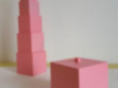 Tour rose, matériel Montessori. Disponible avec ou sans coffret de rangement. Fait en France et à la main. Matériaux sains.