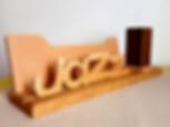 Objet deco fabriqué en France, sur commande : range-courrier avec pot à crayons en bois. Thème jazz, musique. Le range-courrier Jazzy est un objet décoratif également trèspratique. Posé dans un bureau ou une entrée, il vous permet de ranger vos courrierset documents importants, et d'avoir toujours un crayon à portée de main. Fabriqué en bois massif, il présente un design contrasté grâce à l'utilisation de différentes essences de bois.    Porte-crayon fabriqué en bois de chêne  Support et texte décoratif fabriqué en bois de noyer et platane Dimension : 42 cm x 10 cm x 16 cm  Deux mots sont disponibles pour décorer l'avant de la création, Jazz ou Soul(voir en photo).    Personnalisation possible !  Sur commande, un autre mot peut être chantourné  pour être placé à l'avant.    Tous les objets déco sont fabriqués avec des matériaux sains et français (bois et vernis).