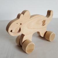 """Chat en bois à roulettes. Jouet à pousser qui peut être personnalisé et peint à la maison. Jouet écologique en bois naturel, fabriqué en France. Dans cette collection, 4 animaux rigolos : le chat et la souris, le loup et la poulette.    Ces jouetssont disponibles en bois brut pour ceux qui veulent 'sentir' le bois ou pour ceux qui veulent les peindre à la maison avec ou sans l'enfant... Si vous voulez peindre un de ces jouets, pensez à sélectionner la finition """"Sans vernis"""".    Pour les jouetsavec une finition au vernis, une personnalisation est possible. Un prénom peut être ajouté et peint à la main.  Conforme aux normes européennes EN71-1 et EN71-3."""