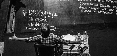 """Фотографът на Драматичен театър Ловеч с фотоизложбата си """"Зад Червената Завеса"""""""