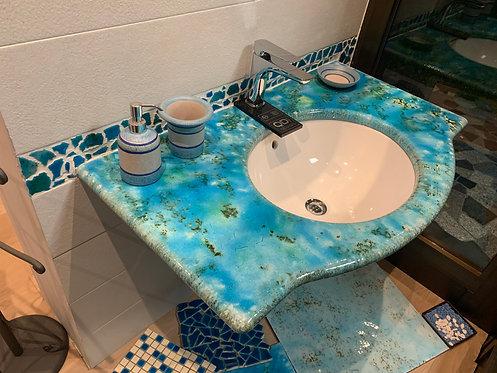 Piano in pietra lavica con lavabo integrato.