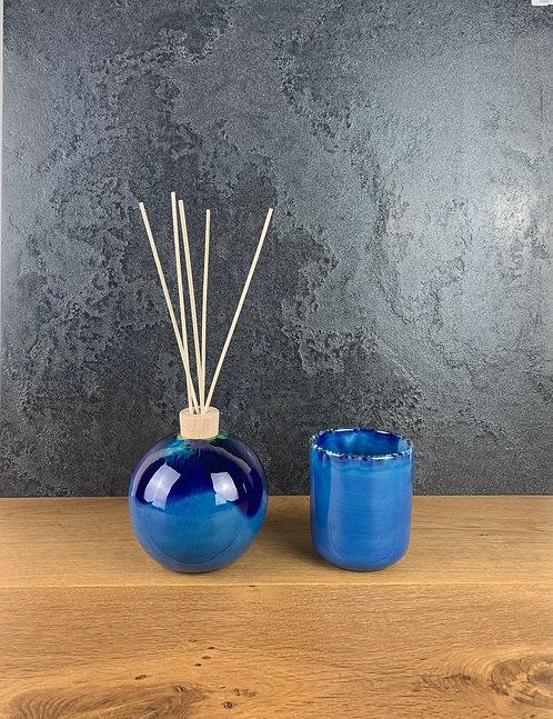 Bollaessenziale Bluverdeazzura e bicchiere per spazzolini