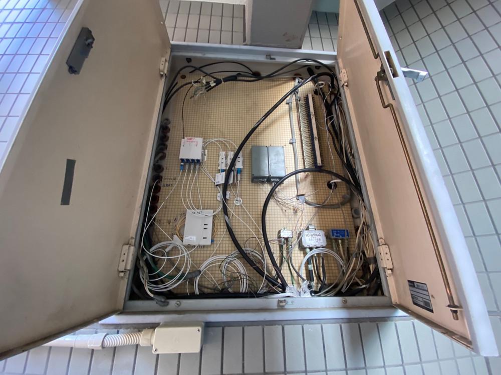 これが、どのマンション、アパートにあるMDF盤になります。  NTTの光回線が引き込まれてくる盤になります。
