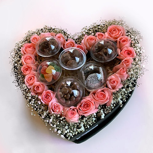 Corazón con rosas y chocolates finos