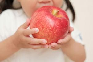 リンゴ丸かじりの子供