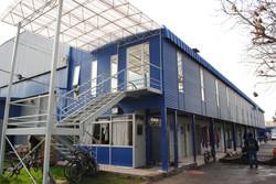 Marquesina policarbonato sobre escala en fachada principal