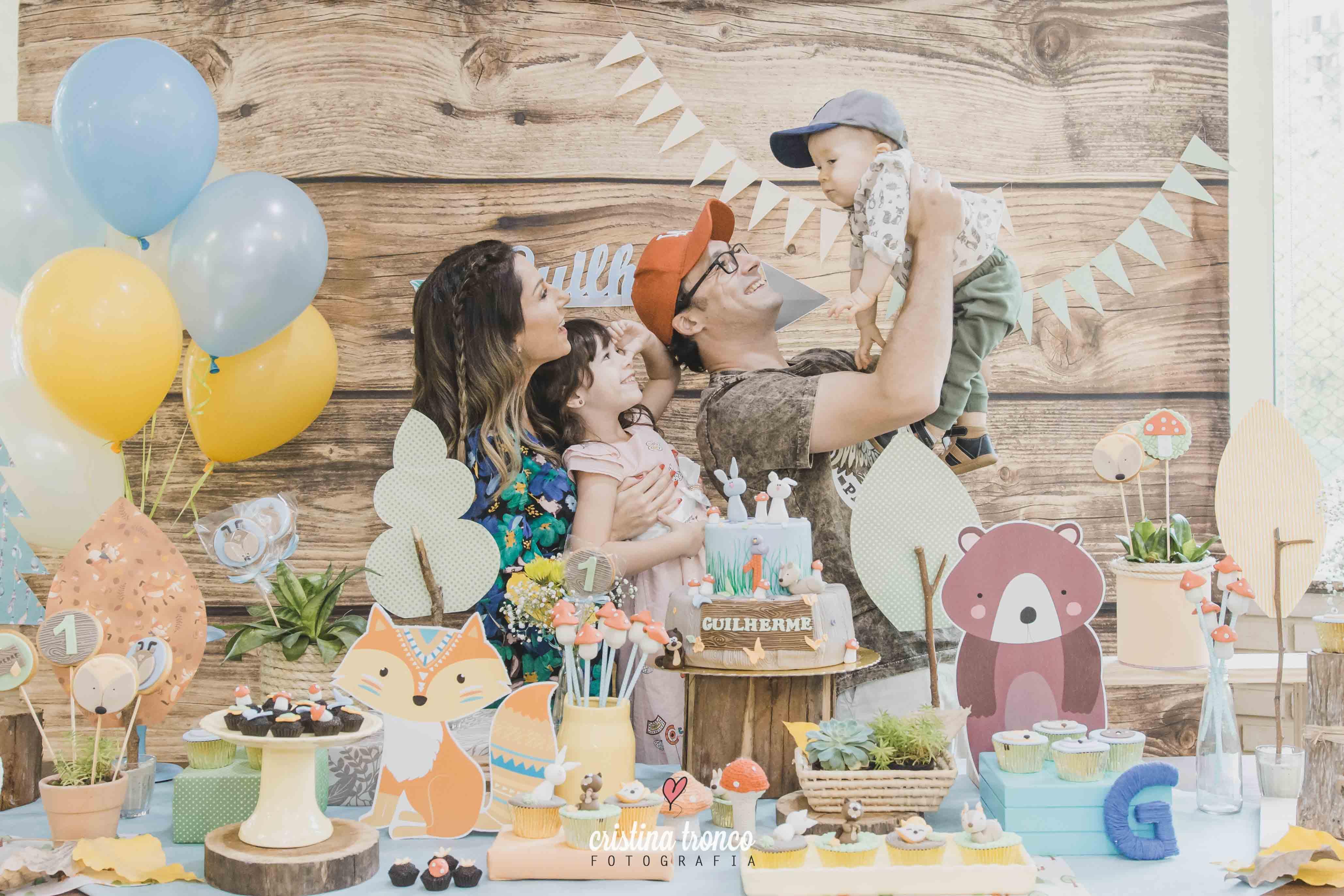 Família na mesa dos parabéns