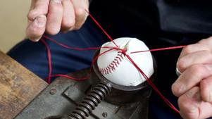 硬式野球ボールの縫い合わせ工程