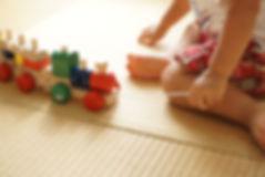 Dit is het spel van een kind dat speelt met een treinspeelgoed.
