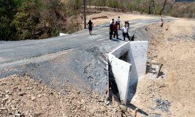 Moradores de comunidade da zona rural comemoram  construção de travessia de concreto.