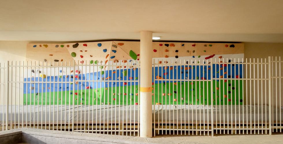 קיר טיפוס בבית ספר מבואות הנגב