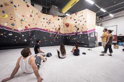 קבוצת מטפסים על מזרון מתבוננים במטפ