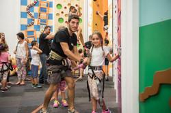 מדריך טיפוס מחבר ילדה לחבל