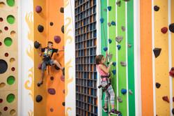 ילדים מטפסים על קירות טיפוס גבוהים