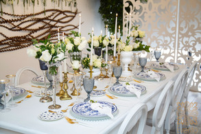 Absolutely stunning blue and white tabletop design. Go to our Blog for more.